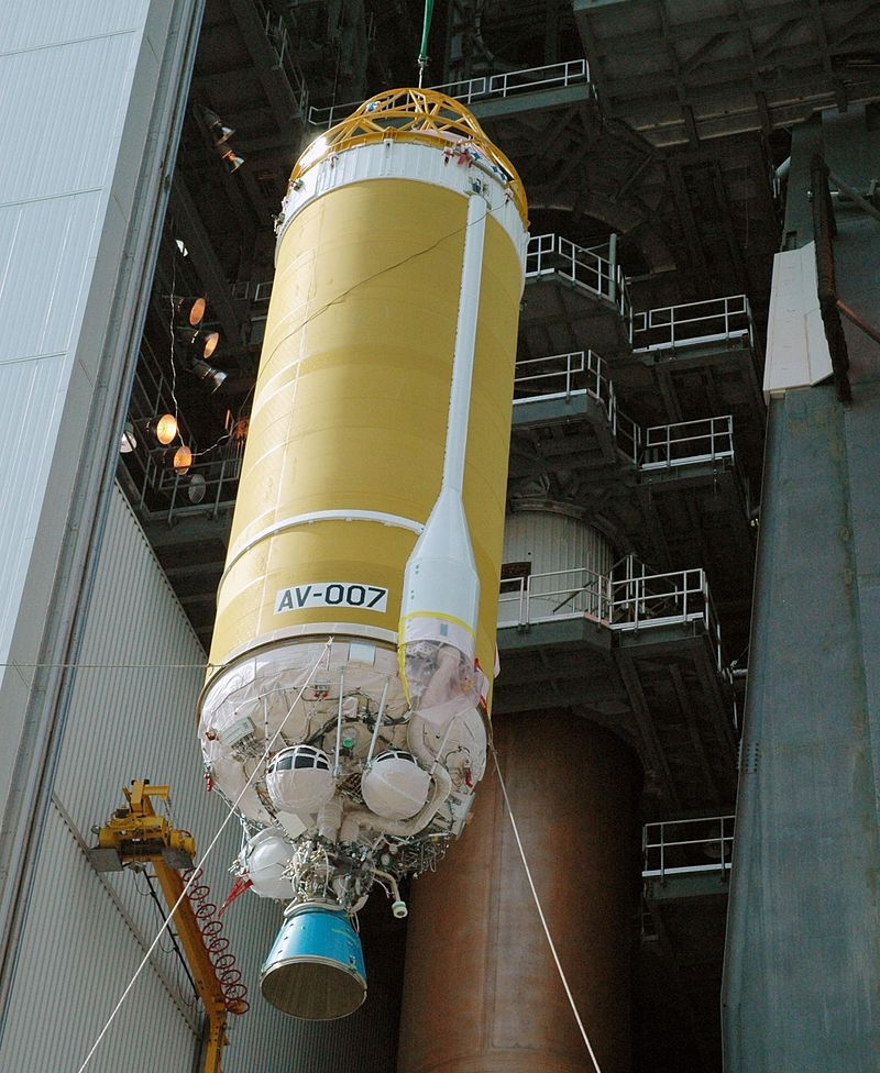 A single-engine Centaur III being raised for mating to an Atlas V rocket